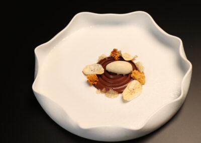 CHOCOLATE Y ASCUAS. Chocolate ahumado, plátano helado y unas texturas de miel