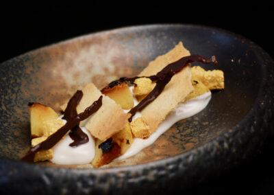 MELOCOTÓN: ¿TEMPRANO/TARDÍO?. Melocotón braseado, crema de almendra, toffe de cerveza negra y pan dulce