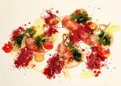 DENIA Y SU LONJA Gamba Roja, cremoso lácteo de tamari, cítricos, algas y mollitas de su coral